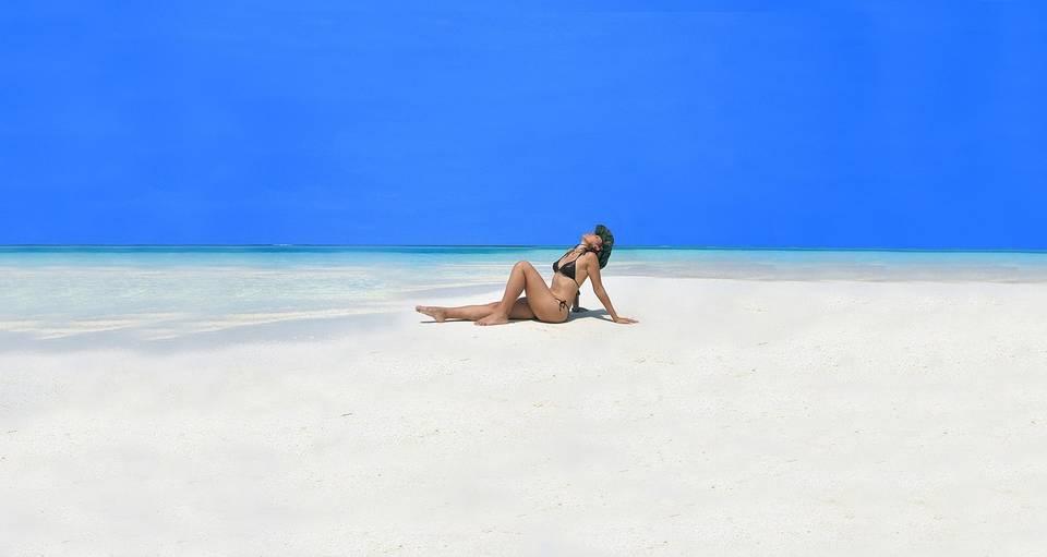 пляж и девушка