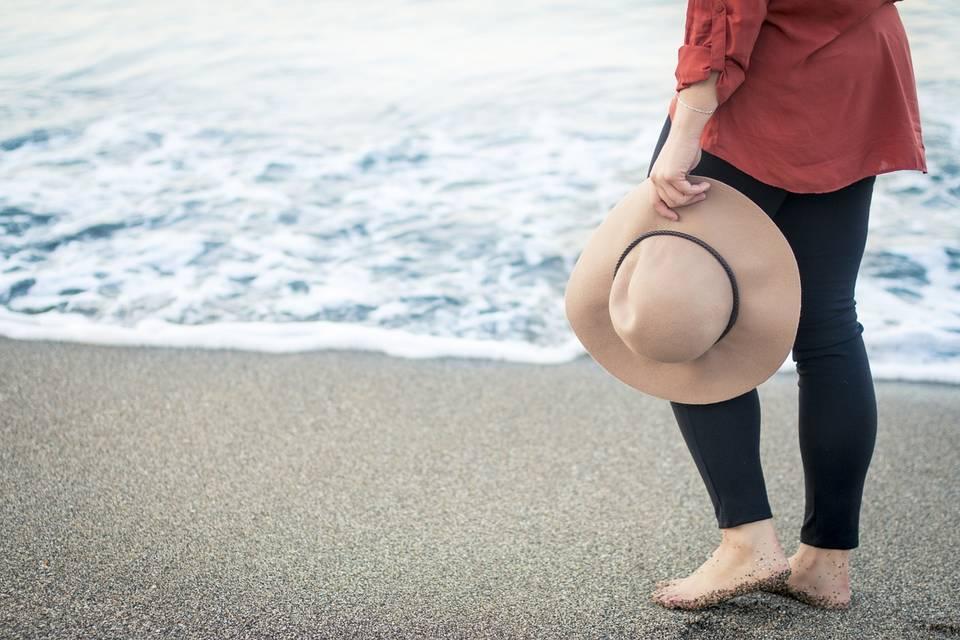 Девушка шляпа океан